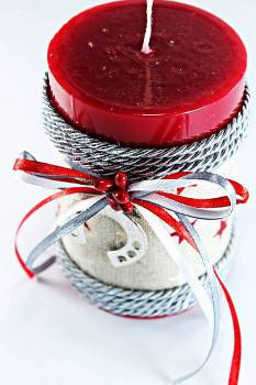 Χειροποίητο αρωματικό γυαλιστερό κόκκινο κερί με πέταλο 6.5x10cm