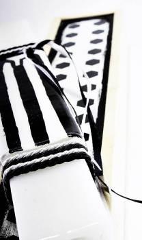 Πασχαλινή λαμπάδα 18Χ059 Άσπρο - μαύρο φανέλα σετ 28x7cm