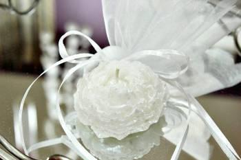 Κέρινη μπομπονιέρα λευκό λουλουδάκι 7*7*3,50 cm
