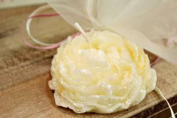 Κέρινη μπομπονιέρα εκρού λουλουδάκι 7*7*3,50 cm