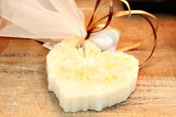 Κέρινη μπομπονιέρα εκρού καρδιά με λουλούδια 7*7*3 cm