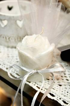Μπομπονιέρα γάμου τριανταφυλλάκι σε βάση λευκό σατινε 6x5x5 cm