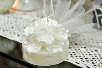 Μπομπονιέρα γάμου βάση λουλουδιών λευκό σατινέ 8x8x6cm