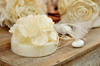 Μπομπονιέρα γάμου κέρινη βάση λουλουδιών εκρού με τρύπα 8x8x6cm