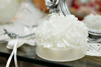 Μπομπονιέρα γάμου κέρινη βάση με τριανταφυλλάκια λευκό σατινέ με τρύπα 8x8x6cm