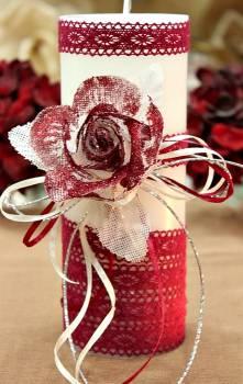 Χειροποίητο διακοσμητικό αρωματικό λευκό κερί βυσσινί τριαντάφυλλο και δαντέλα 8x20cm