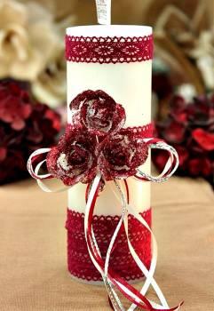 Χειροποίητο διακοσμητικό αρωματικό λευκό κερί βυσσινί μπουκέτο τριαντάφυλλο και δαντέλα 6.5x20cm