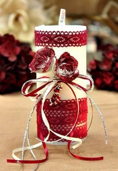 Χειροποίητο διακοσμητικό αρωματικό λευκό κερί βυσσινί μπουκέτο τριαντάφυλλο και δαντέλα 6.5x15cm