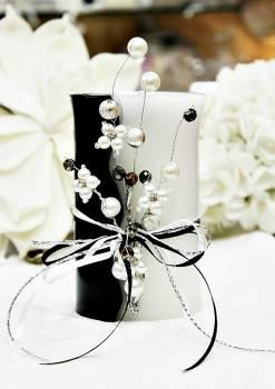 Χειροποίητο τυλιχτό αρωματικό κερί ασπρόμαυρο με πέρλες 8x15cm