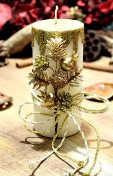 Εκρού σαγρέ κερί με χρυσά τρεξίματα με κουκουνάρια και βελανίδια 6.50x15cm