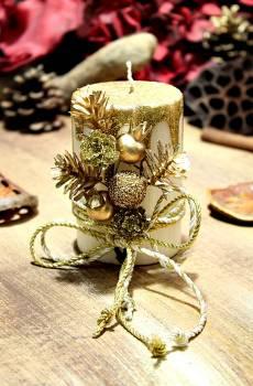 Εκρού σαγρέ κερί με χρυσά τρεξίματα με κουκουνάρια και βελανίδια 6.50x10cm