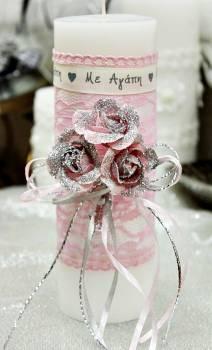 """Λευκό αρωματικό κερί με ροζ-ασημί τριαντάφυλλα και κορδέλα """"Με Αγάπη"""" 6.50x20cm"""