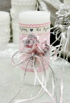 """Λευκό αρωματικό κερί με ροζ-ασημί τριαντάφυλλα και κορδέλα """"Με Αγάπη"""" 6.50x15cm"""