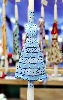 17Φ014 Γαλάζιο φόρεμα με μαργαρίτες πάνω σε λαμπάδα