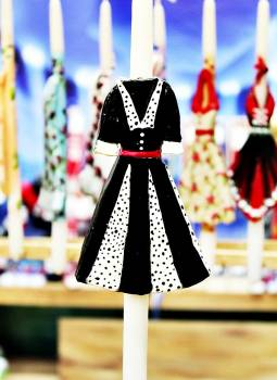 17Φ012 Ασπρόμαυρο φόρεμα με κόκκινη ζώνη πάνω σε λαμπάδα