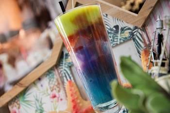 Κοκτέιλ πολύχρωμο σε ψηλό ποτήρι