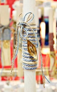 Πασχαλινή λαμπάδα 19016 χρυσό καραβάκι σε λινάτσα και γαλάζιο κορδόνι Ύψος 25