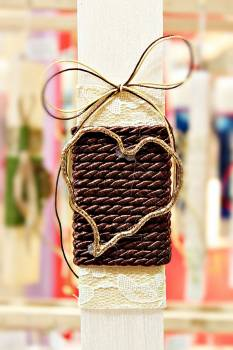 Πασχαλινή λαμπάδα 19051 καρδιά περίγραμμα σε καφέ κορδόνι Ύψος 25