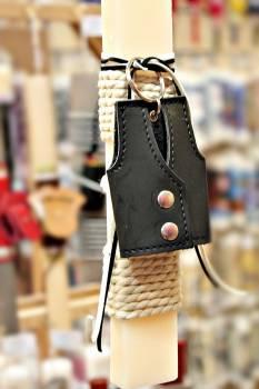 Πασχαλινή λαμπάδα 19Δ004 μπρελόκ γιλεκο μαύρο vegan eco leather Ύψος 25