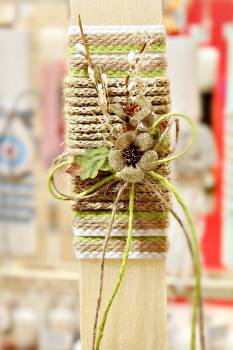 Πασχαλινή λαμπάδα 19Δ033 λουλούδια σύνθεση σε κορδόνι Ύψος 25
