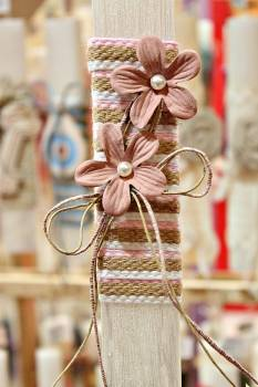 Πασχαλινή λαμπάδα 19Δ036 ροζ λουλ. σε τριχρωμη λινάτσα κορδέλα Ύψος 25