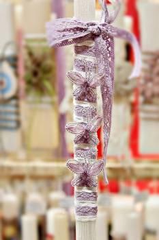 Πασχαλινή λαμπάδα 19Δ042 μωβ πεταλουδιτσες σε κορδέλα Ύψος 25