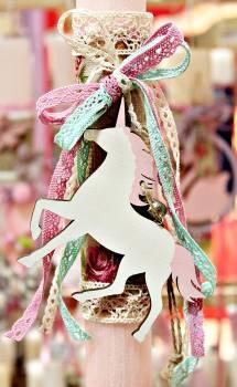 Πασχαλινή λαμπάδα 19Δ062 μονόκερος σε υφασμα με λουλούδια + φιόγκοι Ύψος 25