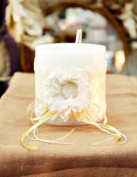 Αρωματικό κερί στολισμένο με λουλούδια και δαντέλα σε εκρού-λευκό 10x10cm
