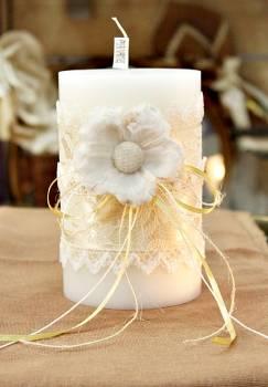Αρωματικό κερί στολισμένο με λουλούδια και δαντέλα σε εκρού-λευκό 10x15cm