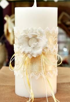 Αρωματικό κερί στολισμένο με λουλούδια και δαντέλα σε εκρού-λευκό 10x20cm