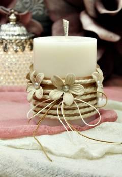 Αρωματικό κερί στολισμένο με κορδόνι και εκρού λουλούδια 8x10cm