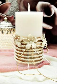Αρωματικό κερί στολισμένο με κορδόνι και εκρού λουλούδια 8x15cm