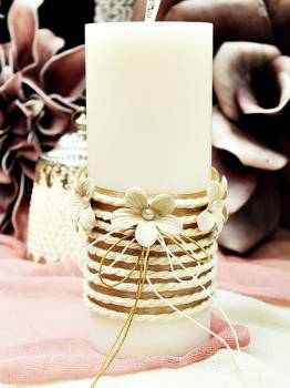 Αρωματικό κερί στολισμένο με κορδόνι και εκρού λουλούδια 8x20cm