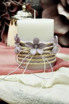 Αρωματικό κερί στολισμένο με κορδόνι και λιλά λουλούδια 8x10cm