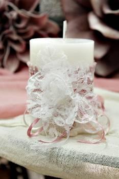 Αρωματικό κερί στολισμένο με δαντέλα σε αποχρώσεις σάπιο μήλο - λευκό 8x10cm