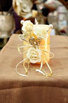 Τυλιχτό αρωματικό κερί με τριαντάφυλλα,πεταλούδες και πέρλες σε εκρού 9x10cm