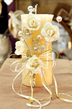 Τυλιχτό αρωματικό κερί με τριαντάφυλλα,πεταλούδες και πέρλες σε εκρού 9x18cm