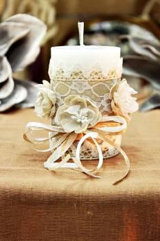 Χειροποίητο διακοσμητικό αρωματικό κερί με λουλούδια από γάζα και δαντέλα 6,50x10cm